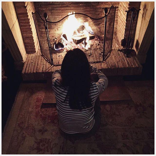 Девушка возле камина