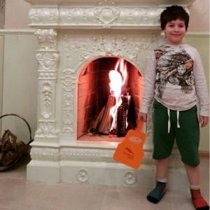 Мальчик раздувает камин