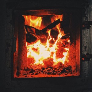 Дрова горят в печи