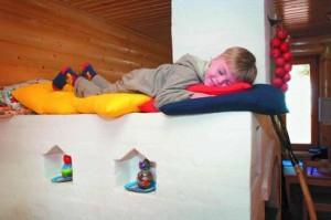Ребенок лежит на русской печи