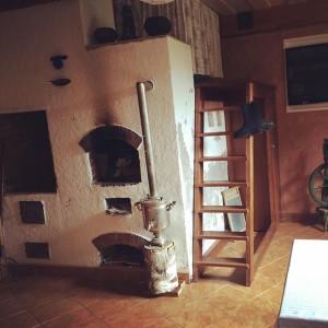 Русская печь с лежанкой, самовар