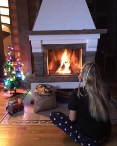Девочка у камина на рождество