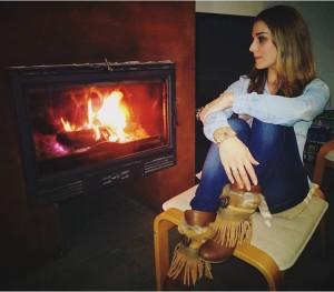 Девушка у камина зимой