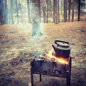Складной мангал в лесу