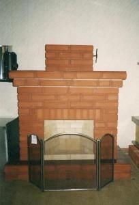 Меленький камин с прямой аркой