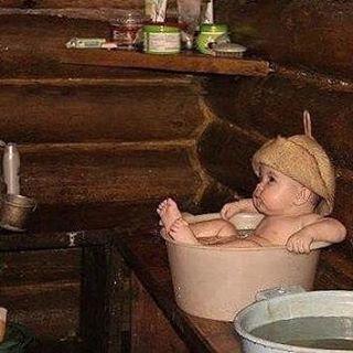 Маленький ребенок в бане