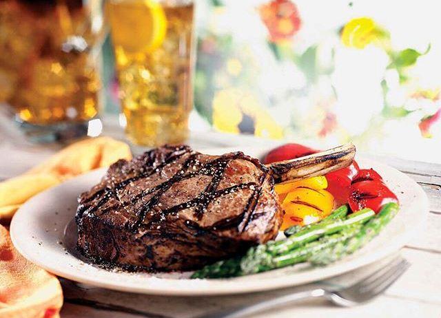 Овощи и мясо , приготовленные на барбекю
