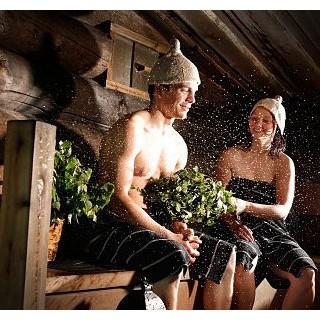 Парень и девушка парятся в бане