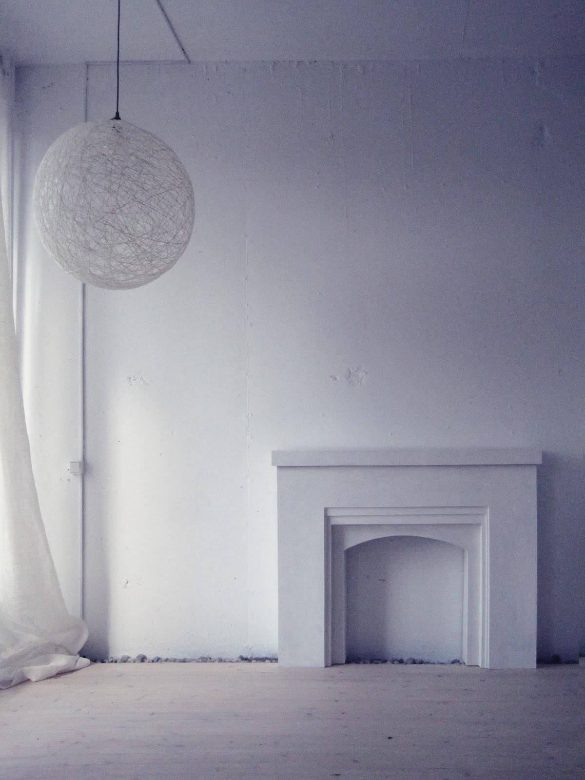 Белый камин из картона на Рождество