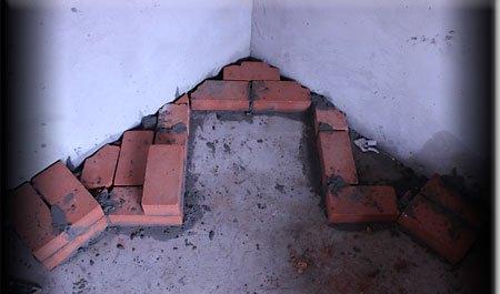 Кладем угловой камин