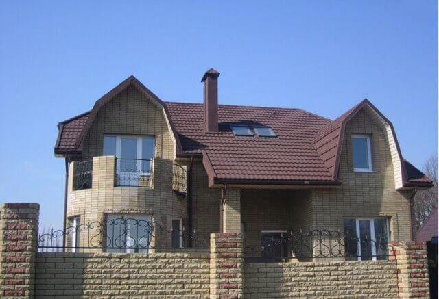 Дом с дымоходом из кирпича