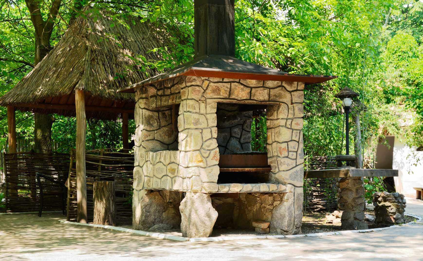 Каменный мангал с крышей