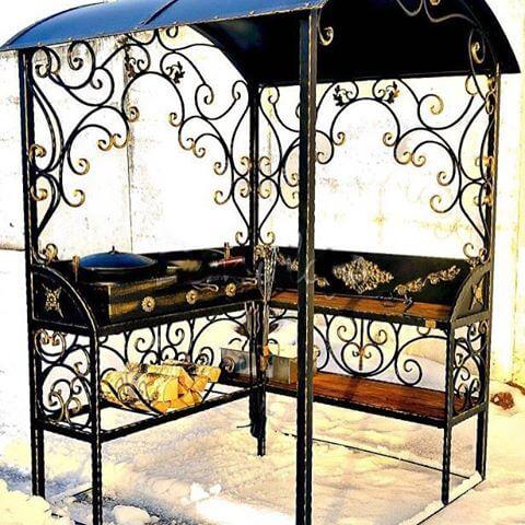 Кованый мангал с крышей и столом