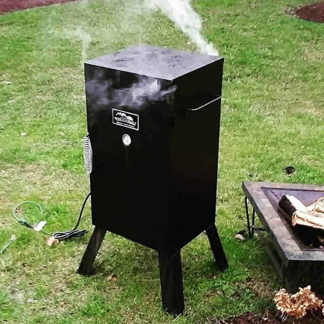 Электрическая коптильня в процессе приготовления еды