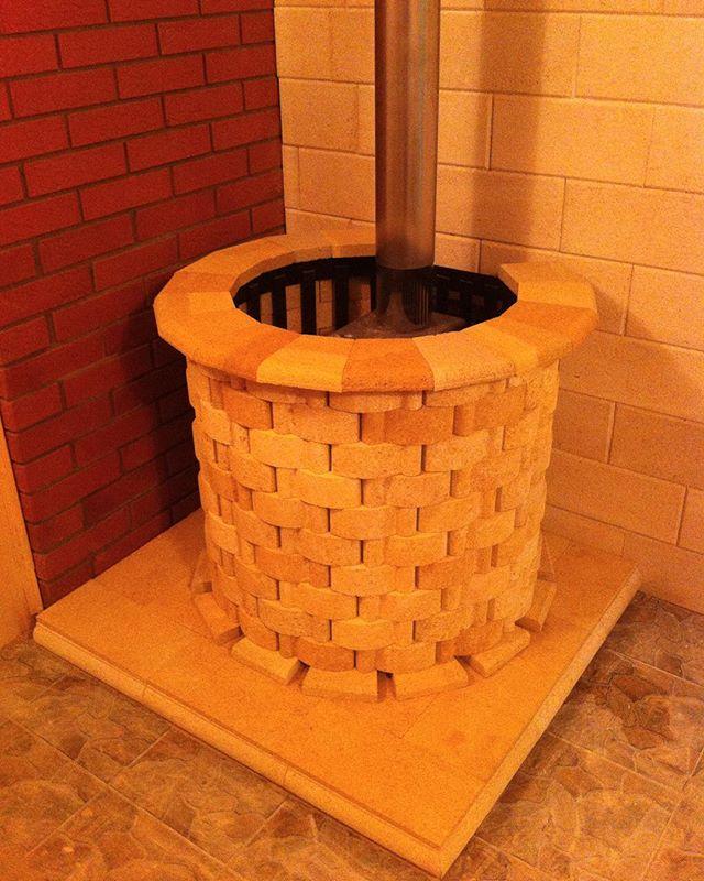 Металлическая банная печь обложенная по кругу кирпичом