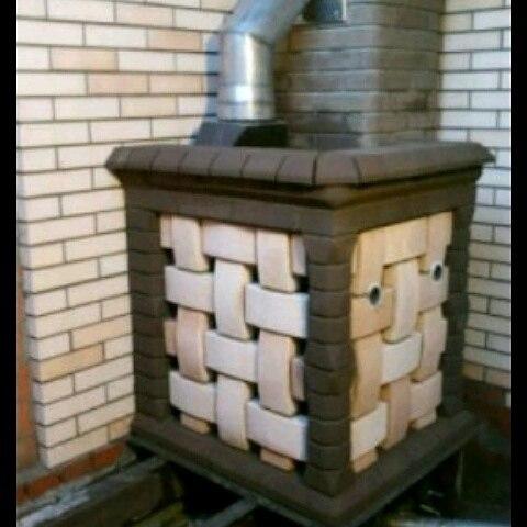 Металлическая печь в бане искусно обложенная